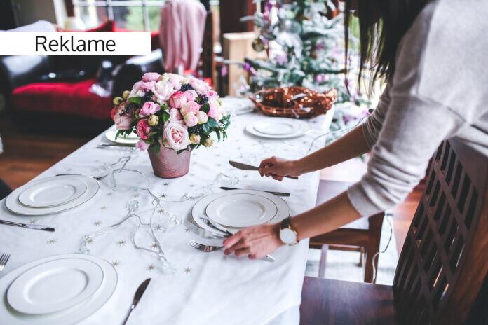 Kvinde dækker bord til jul