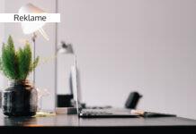 Lyst kontor med plante
